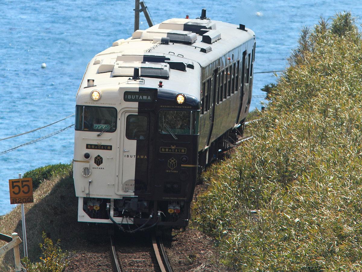 """De la estación de Kagoshima-chuo a la estación de Ibusuki en el Tren Exprés Limitado de JR """"Ibusuki no Tamatebako"""""""