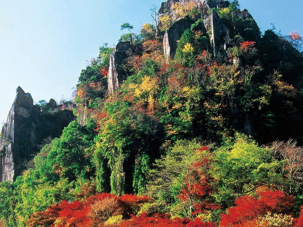 Nakatsu Yabakei (follaje dorado y rojo de árboles)